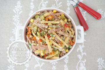 Renkli Erişte Salatası Tarifi