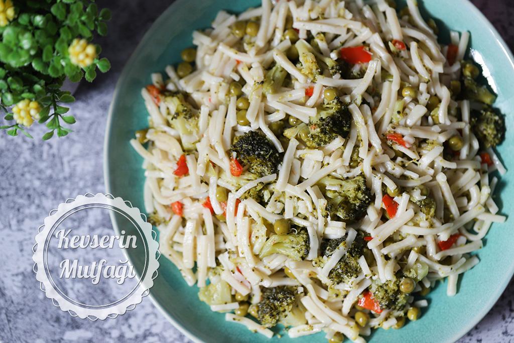 Bezelyeli Brokolili Erişte Tarifi